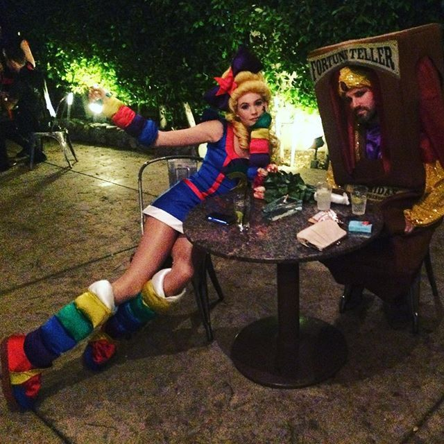 Pin for Later: Seht alle Halloween-Kostüme der Stars Behati Prinsloo als Regina Regenbogen