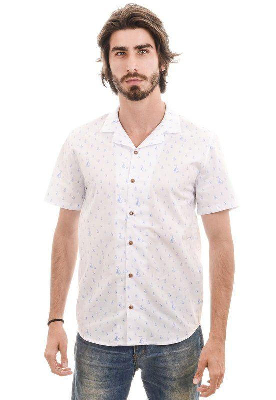 Camisa em tricoline com estampa de barcos. Esse modelo não possui pé-de-gola, e deixa o pescoço mais livre para bater aquela brisa do verão. #camisa. #mangacurta #verão