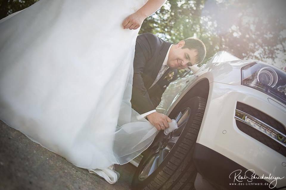 Ups Zum Gluck Hat S Die Braut Nicht Gesehen Aber Ein Sauberes Auto Und Saubere Felgen Sind Ein Muss Braut Hochzeitsfotograf Hochzeitssaison