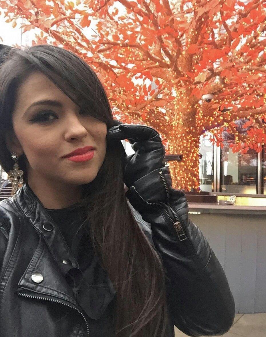 hübsche, junge Dame mit schicken Lederhandschuhen ...