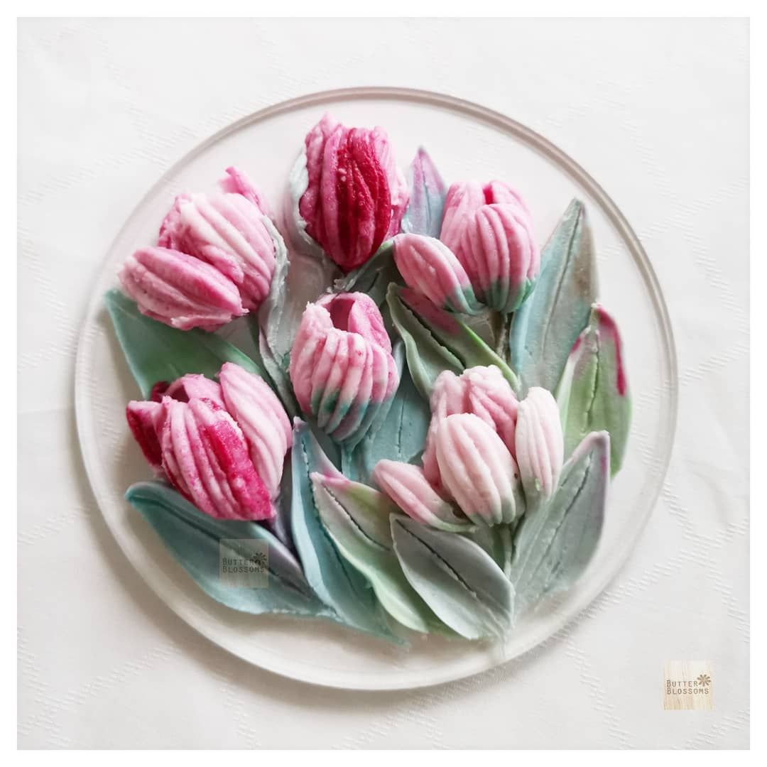 Butter Blossoms On Instagram Do You Like Tulips I Think The Character Of These Flowers Looks Simple Strong But Buttercream Flowers Food Art Butter Cream