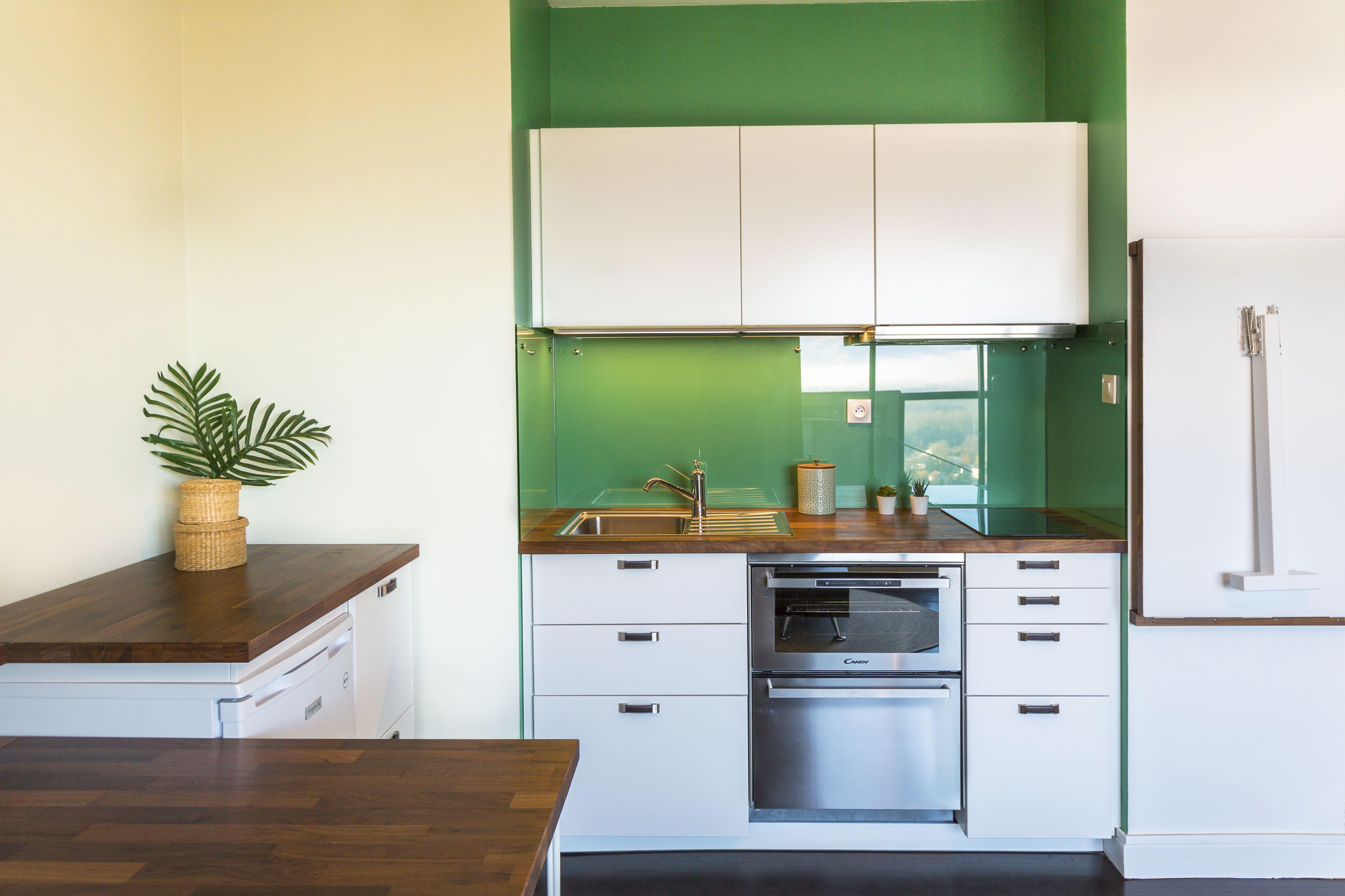 cuisine d un studio gain de place plan de travail noyer mur vert credence verre combine fou combine four lave vaisselle amenagement cuisine four lave vaisselle