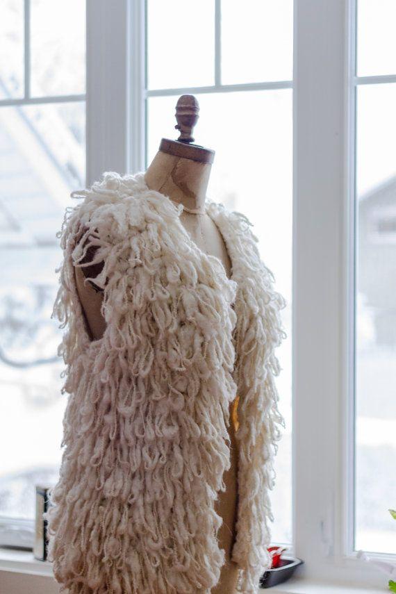 DÉTAILS DU PRODUIT  Des années 70, magnifique veste montagnarde hippie boho sans manche, ouverte au devant. Une pièce vintage unique et originale
