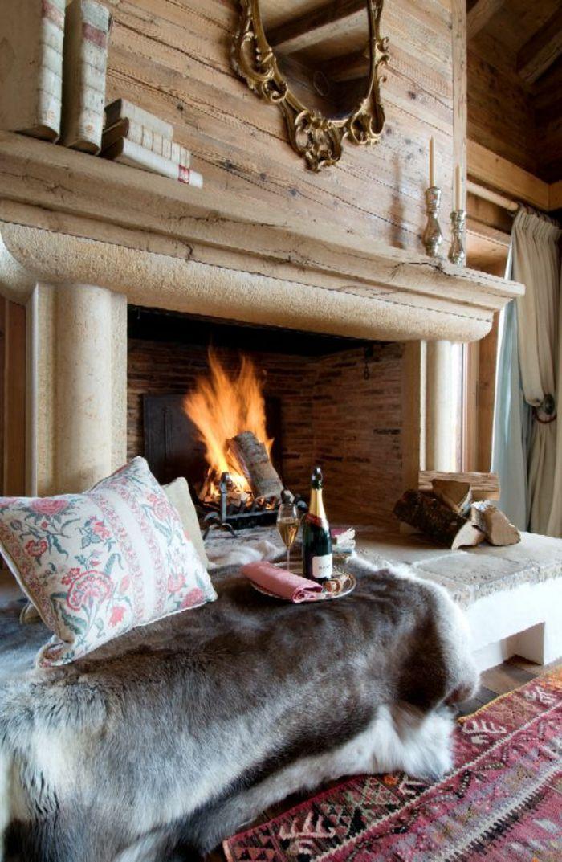 cheminée pour votre chalet en bois habitable, murs en bois, intérieur moderne