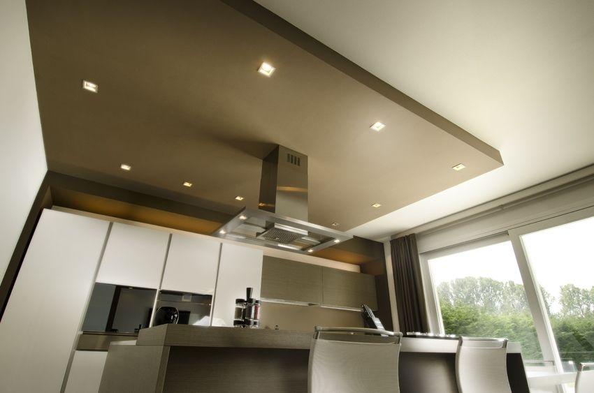 La cucina in stile moderno, illuminata con faretti ad incasso ...