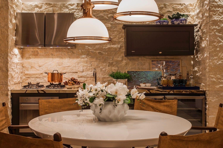 Na Casa De Praia A Cozinha Integrada A Sala De Jantar Tem Um
