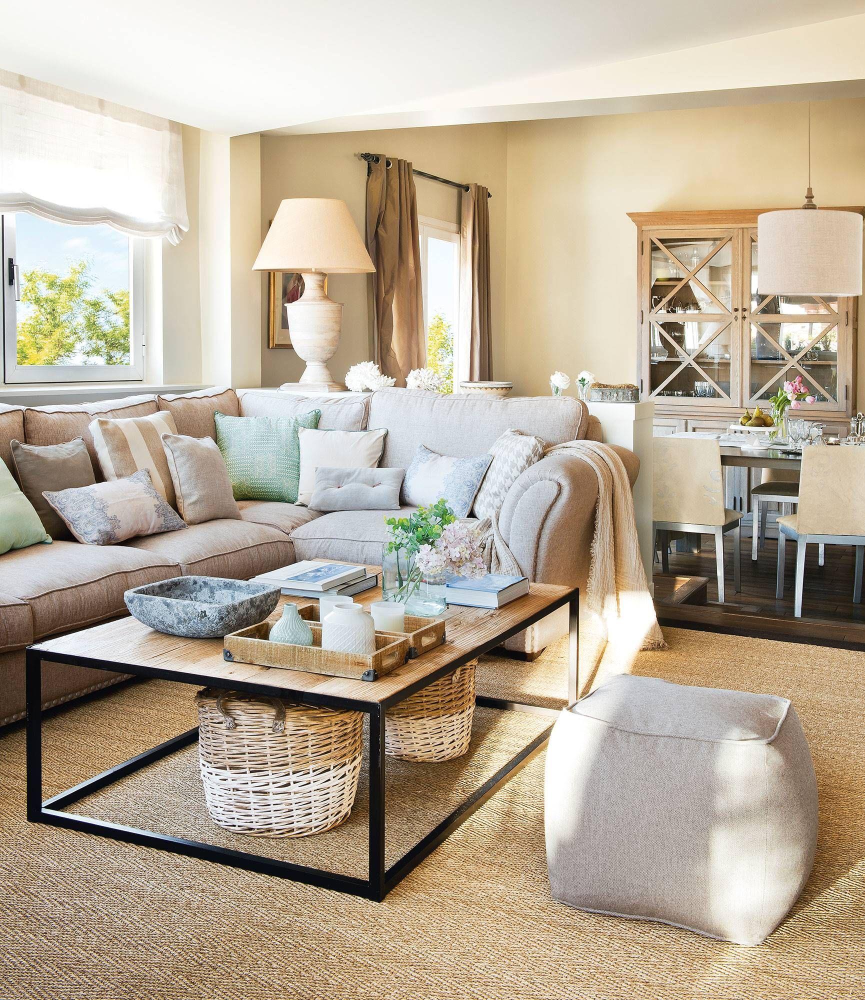 Salón con sofá rinconero y vistas al comedor #muebles  Salones
