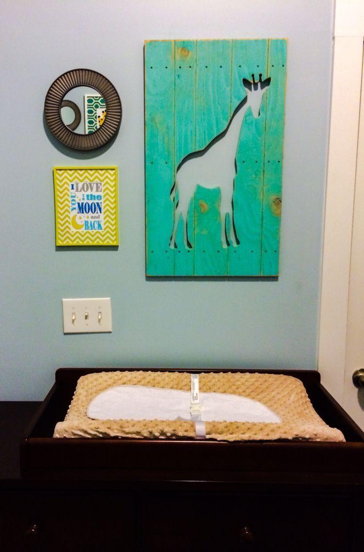 Photo of Wand über Wickeltisch im Kinderzimmer. Giraffe hängt von Hobby Lobby, Spiegel f …