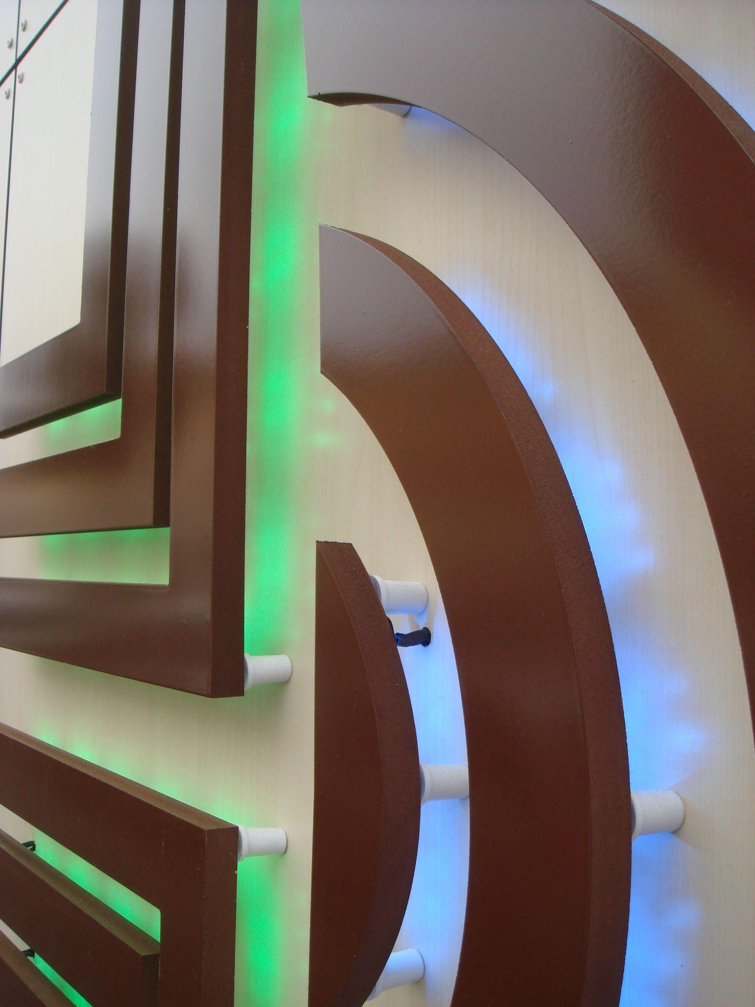 Logo en PVC komacel découpé, en relief par entretoises avec rétroéclairage intégré