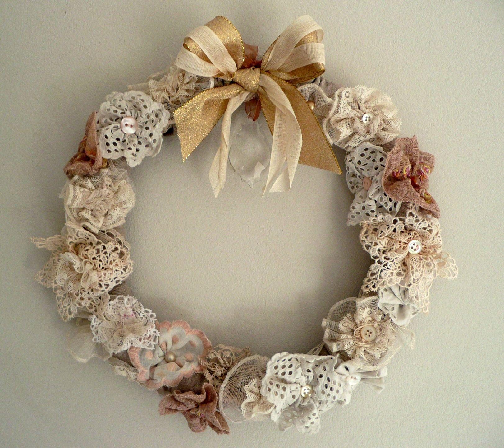 Couronne shabby chic en fleurs de dentelles anciennes for Couronne shabby chic