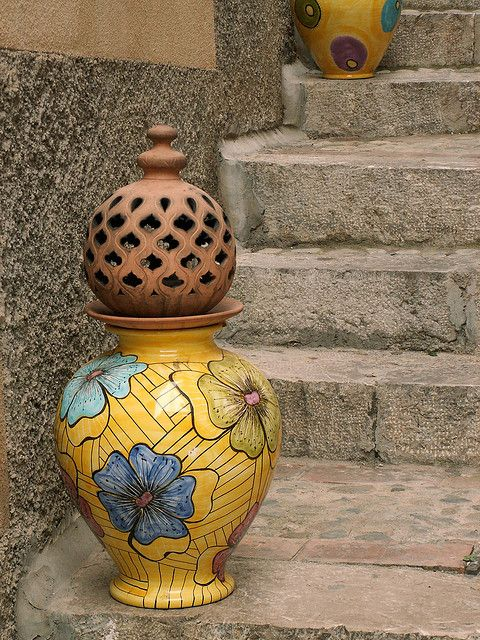 Vasi di ceramica sulle scale di Taormina