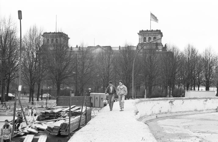 A2035 Berlin Tiergarten Die Berliner Mauer Vor Dem Brandenburger Tor Hinten Im Bild Der Reichstag Was Hier Besonders Ist Nicht D Berlin Wall Berlin Germany West Berlin