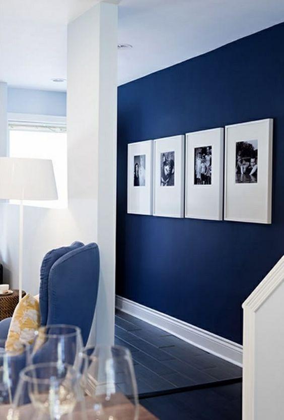peinture acrylique murale de couleur bleu fonce dans le couloir moderne avec sol en planchers. Black Bedroom Furniture Sets. Home Design Ideas