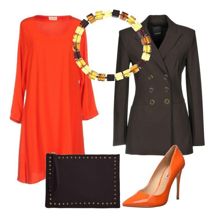 donna giacca con bottoni dorati colore ruggine