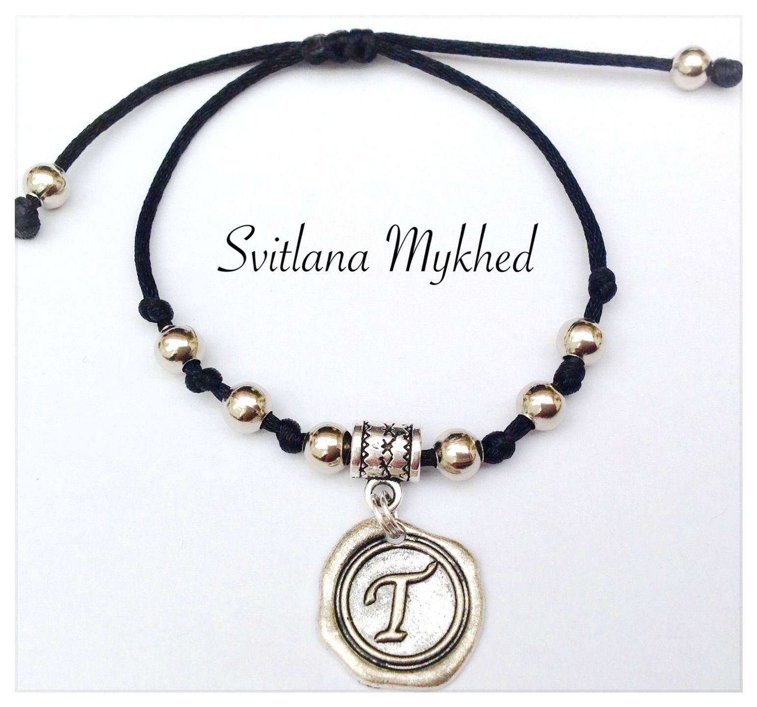 """Bracelet homme ou femme personnalisé avec Initiale """"T"""". perles et médaillon mètal argentè : Bracelet par perles-et-couronnes"""