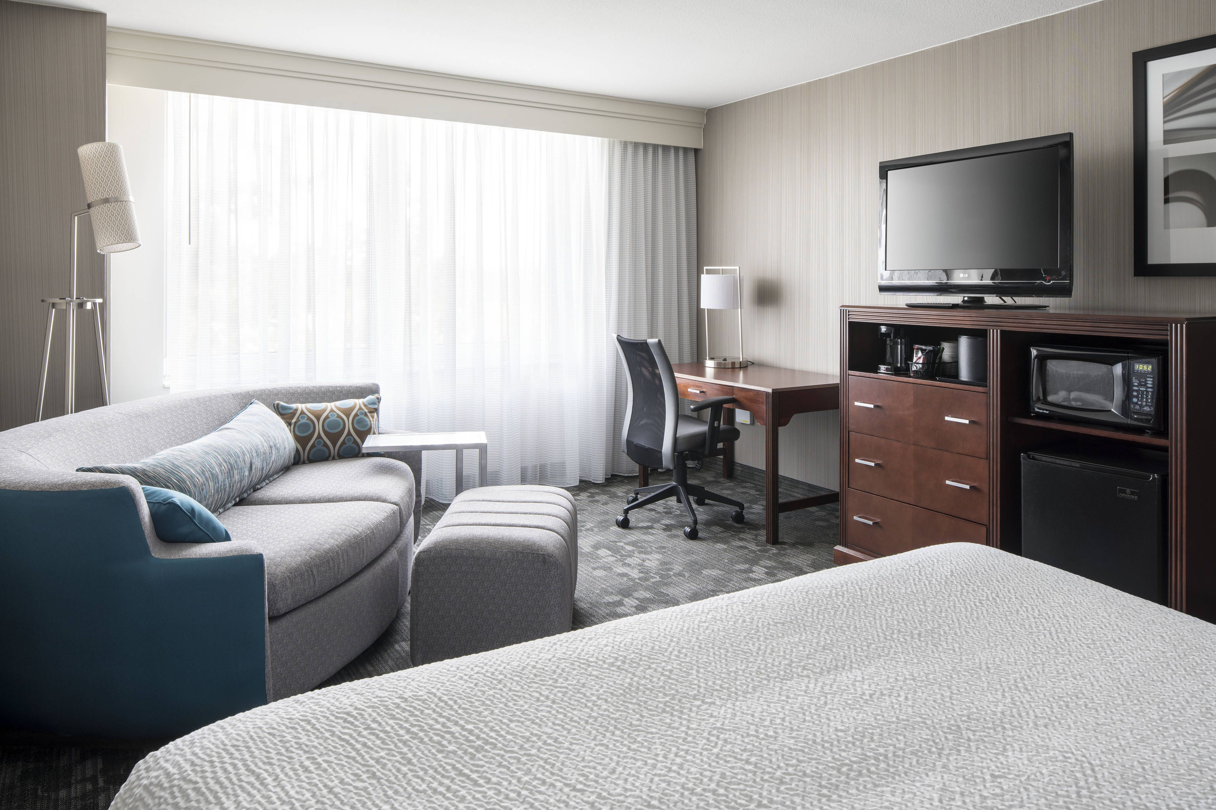 Courtyard Seattle Federal Way King Guest Room Holiday Holiday