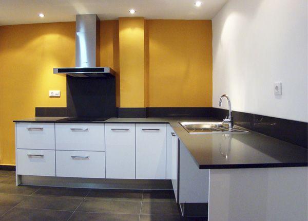Foto de reforma de cocina moderna con muebles de cocina blanco ...