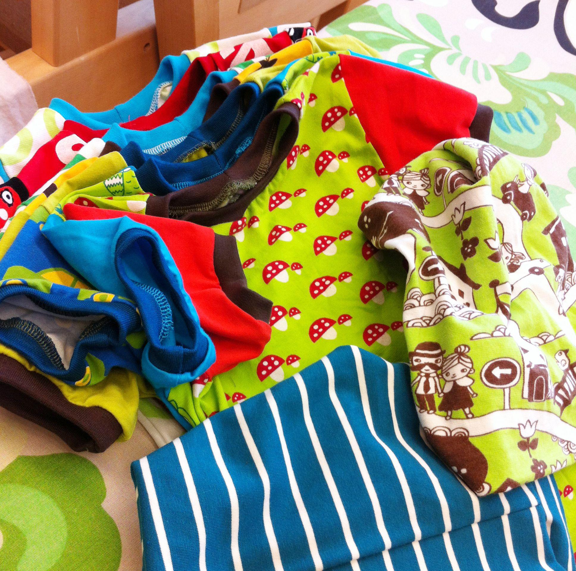 Iloinen T-paitarivistö koossa 104 ja pari pipoa. Kaavana Monster car (Ottobre 3/2011). Nämä syntyivät ompelulaneilla, joille oululainen fb-ryhmä ajoin kokoontuu. Ompelukoneet surisee ja suut käy :). Parhautta <3.