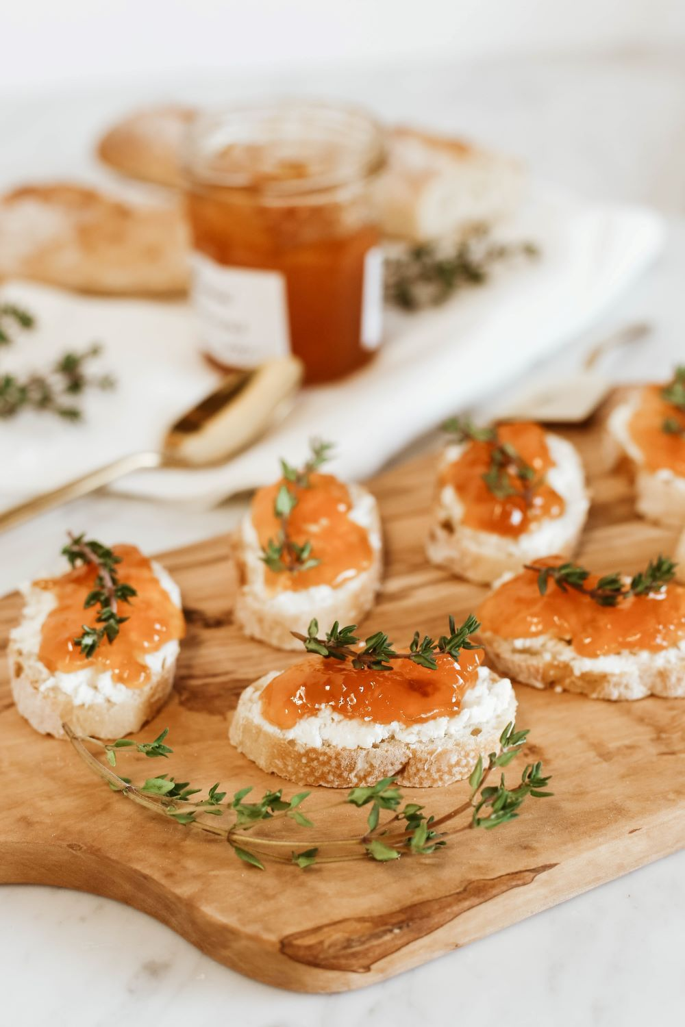Goat Cheese Crostini Recipe: Friendsgiving Food Idea - Lulus.com Blog #friendsgivingfood