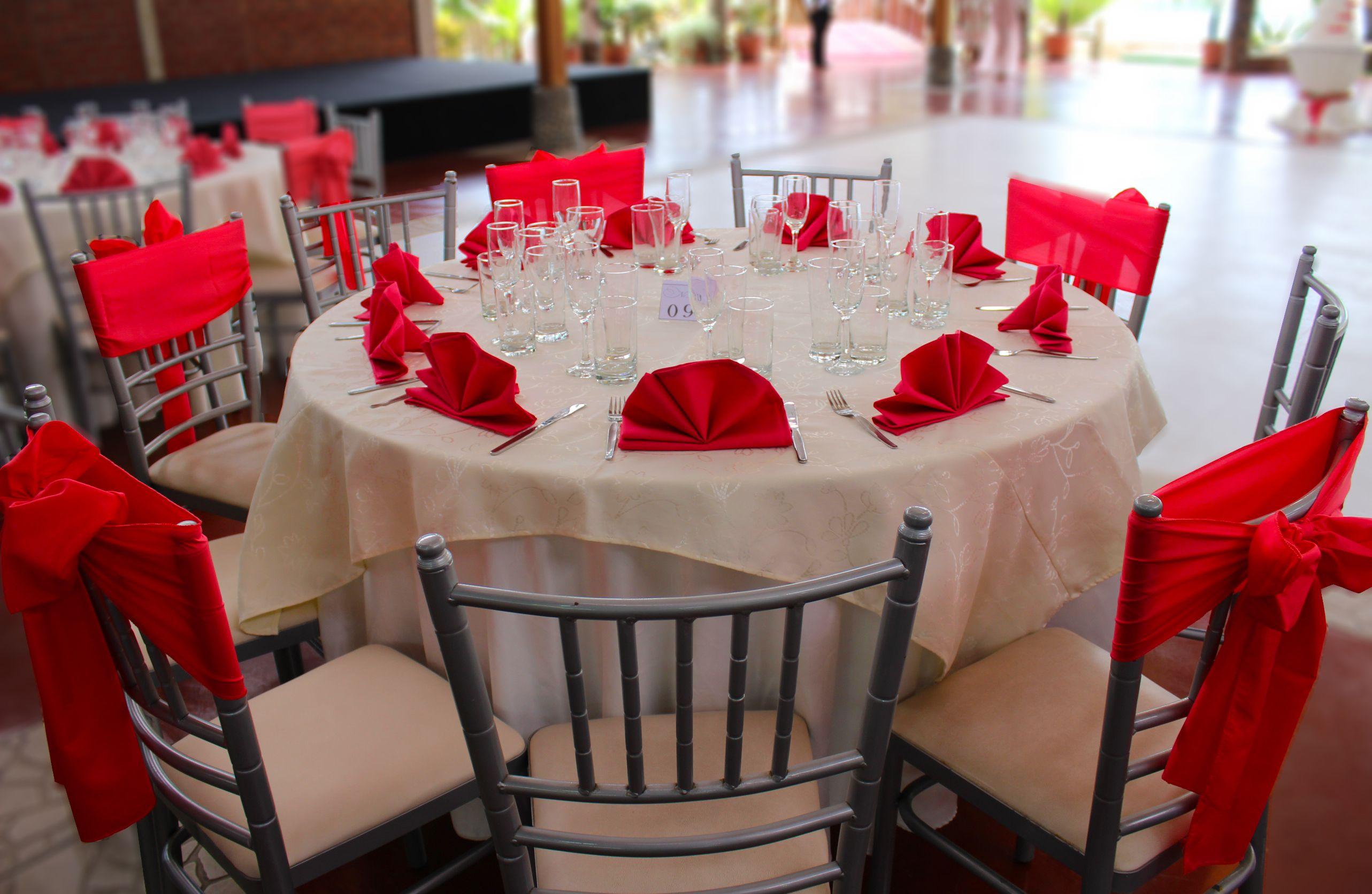 Mesa redonda vestida decorada en tonos perla y rojo for Sillas para eventos