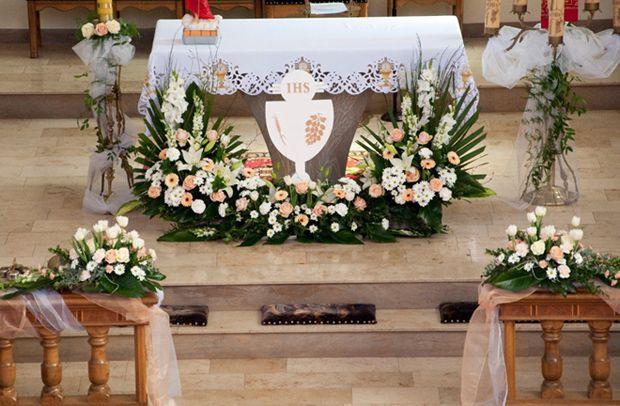 Znalezione Obrazy Dla Zapytania Dekoracja Oltarza Komunia Church Altar Decorations Church Flower Arrangements Altar Decorations