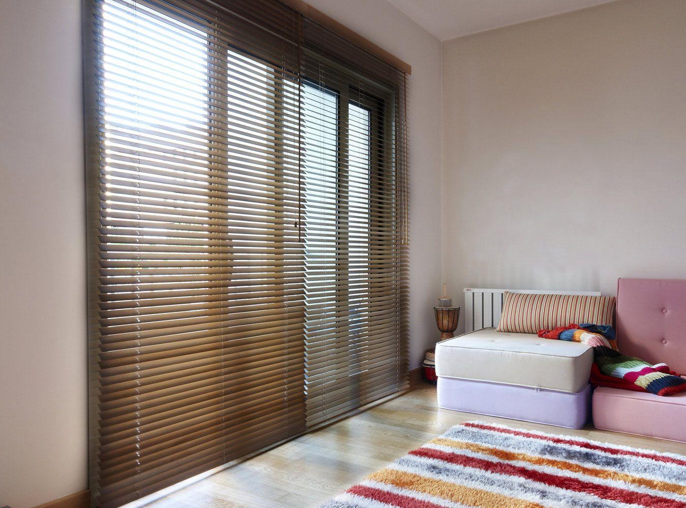 Houten Jaloezieen Woonkamer : Houten jaloezieën woonkamer raamdecoratie in