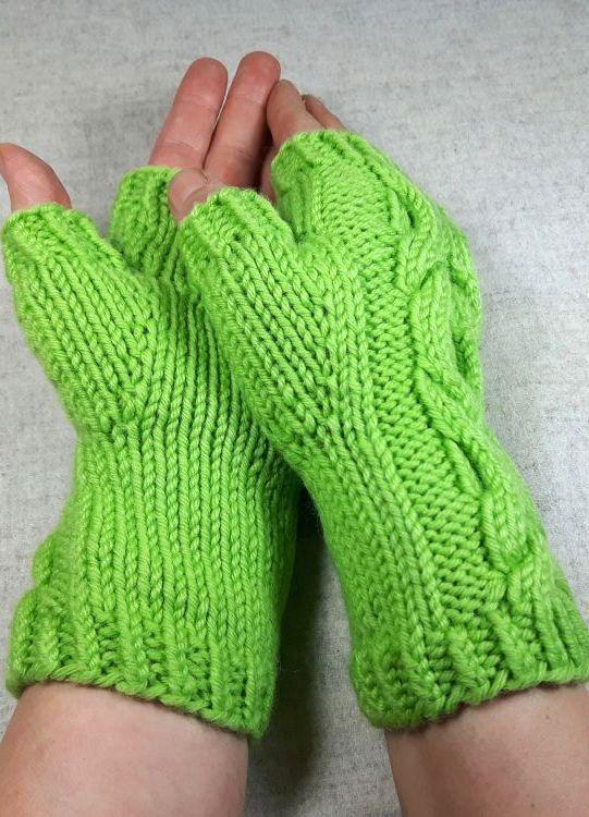 Hellgrüne fingerlosen Handschuhe Zopfmuster Hugs and Kisses. Die Armstulpen haben Rippenbündchen am Arm und an den Fingern für einen optimalen