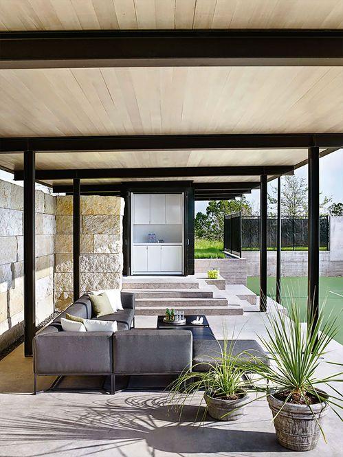 Pavilhão na quadra de tênis. Arquiteto: Fake|Lato Architects. Designer: Sara Story. Fotógrafo: Pieter Estersohn
