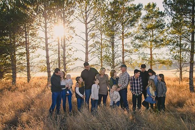 When you show up to an extended family session and you realize the entire family is dressed perfectly. Not just a few of them...ALL of them. ♡ And look how gorgeous they all are!! big family | extended family | multi generational family picture | fort collins | colorado photographer | family photographer | northern colorado photographer | familysession #photophotographer #extendedfamilyphotography