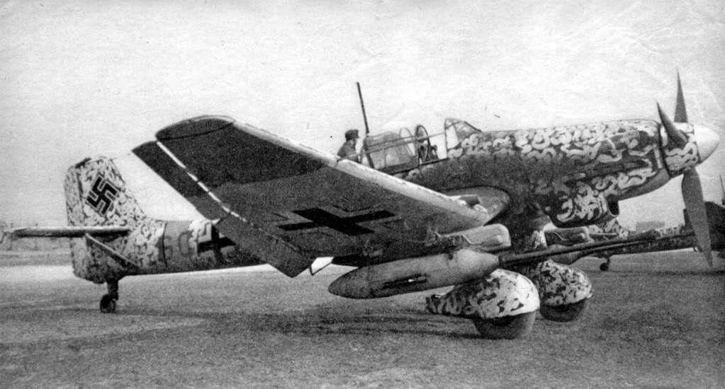 Asisbiz Junkers Ju 87D Stukas taking off during winter