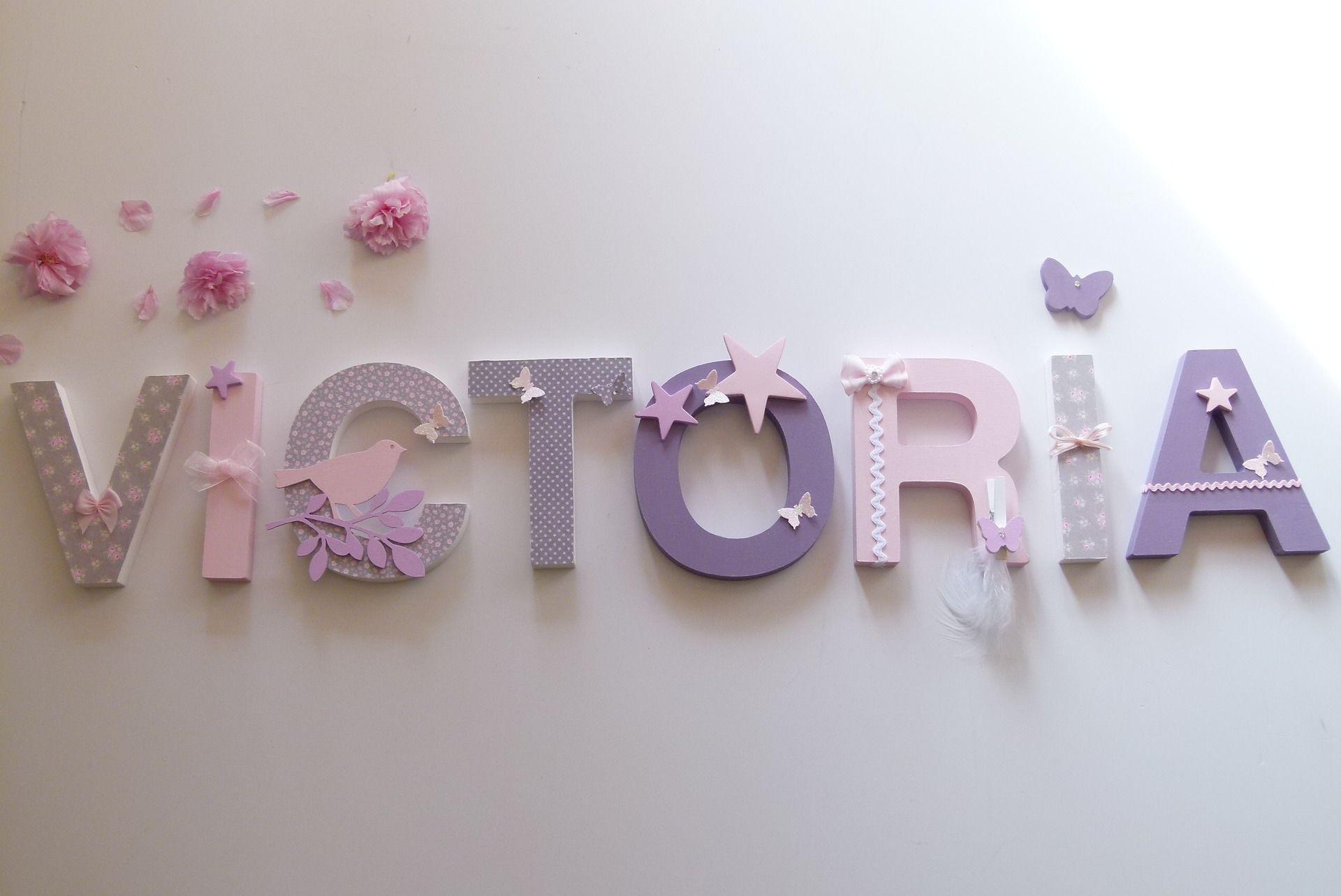 victoria prenom lettres bois poetiques de 12cm sur commande d coration pour enfants par joli. Black Bedroom Furniture Sets. Home Design Ideas