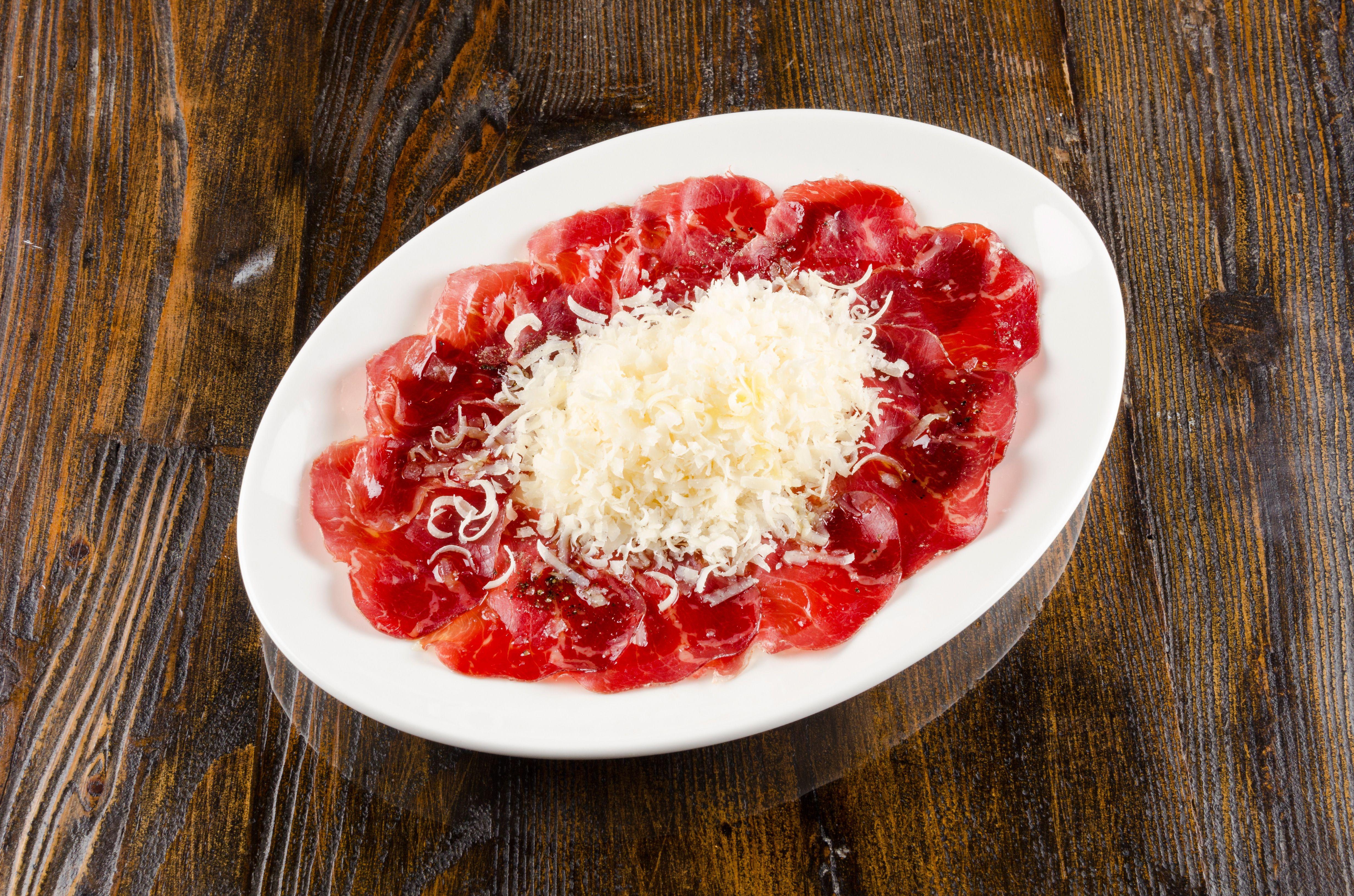 Cecina con virutas de Parmesano