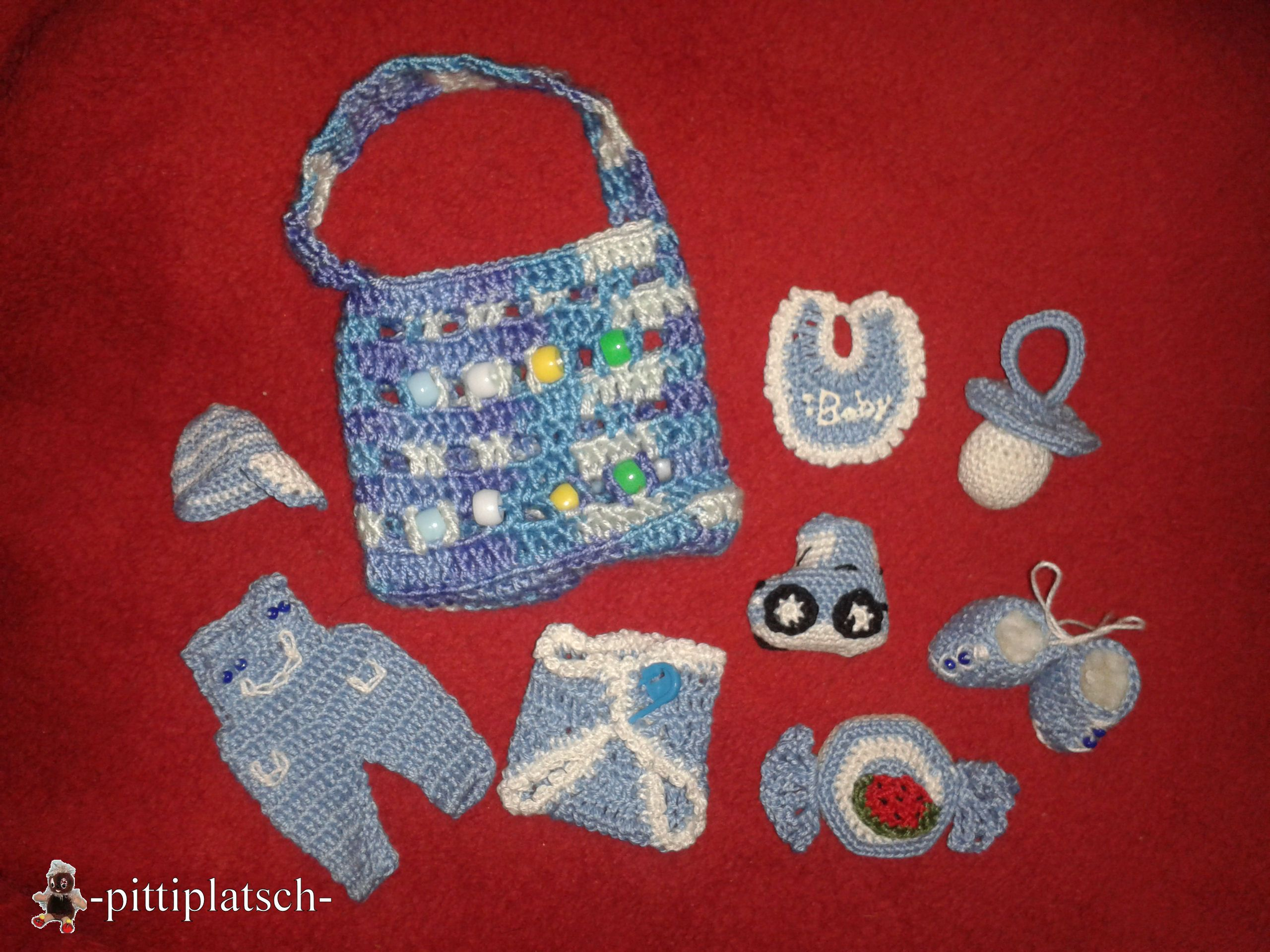 Babyparty-Mitbringsel für Jungs - bestehend aus Tasche, Lätzchen, Windel, Nuckel, Latzhose, Basecap, Auto, Turnschuhen und Bonbon