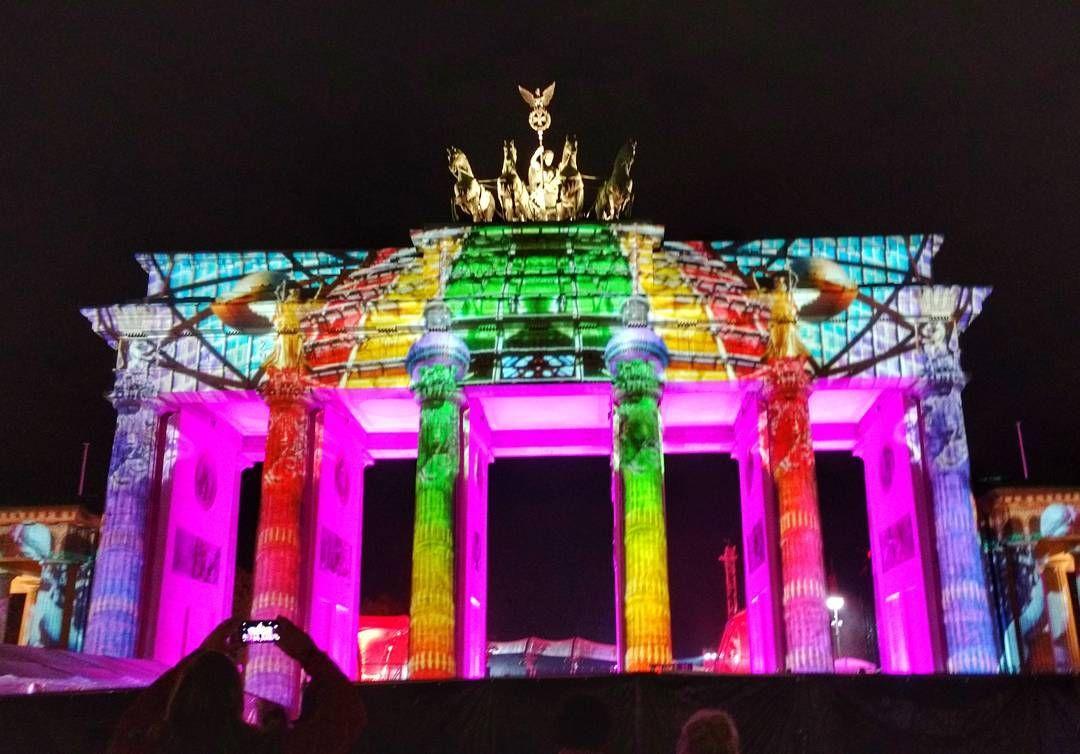 Hoje E O 27 Aniversario Da Reunificacao Alema Um Feriado Que Abrange Todo O Pais E E Comemorado Em Berlim Com Em 2020 Cidade Iluminada Frases De Viagem Reunificacao