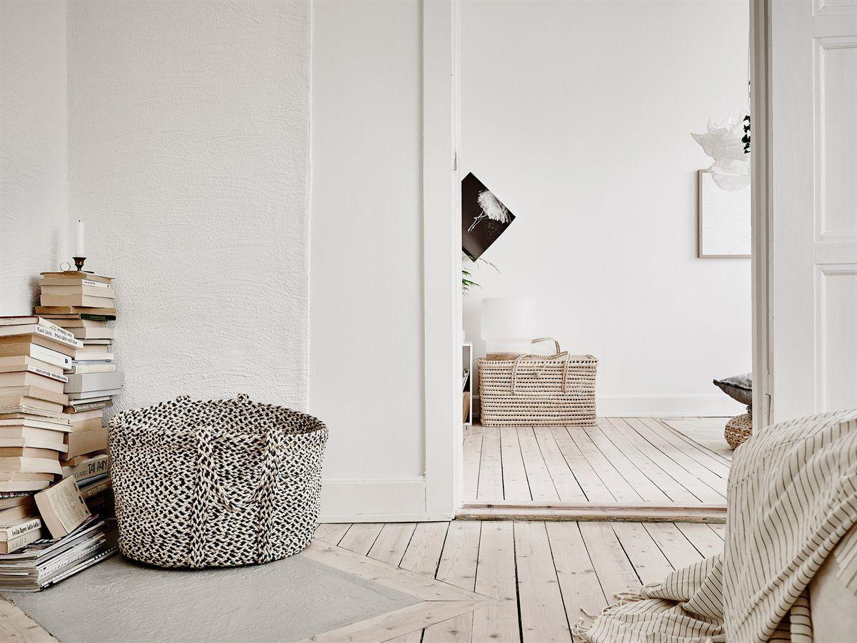Pequeño piso nórdico decorado con materiales naturales