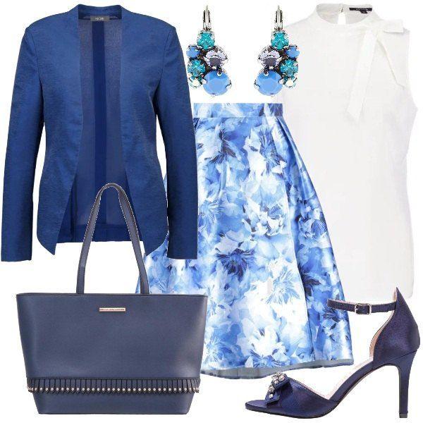Gonna a campana con fantasia floreale nei toni del blu e camicetta bianca smanicata con fiocco che consiglio di indossare dentro alla gonna. Blazer blu, sandalo blu con fiocco con strass e cinturino alla caviglia, borsa a mano in finta pelle e orecchini in diversi toni del blu.