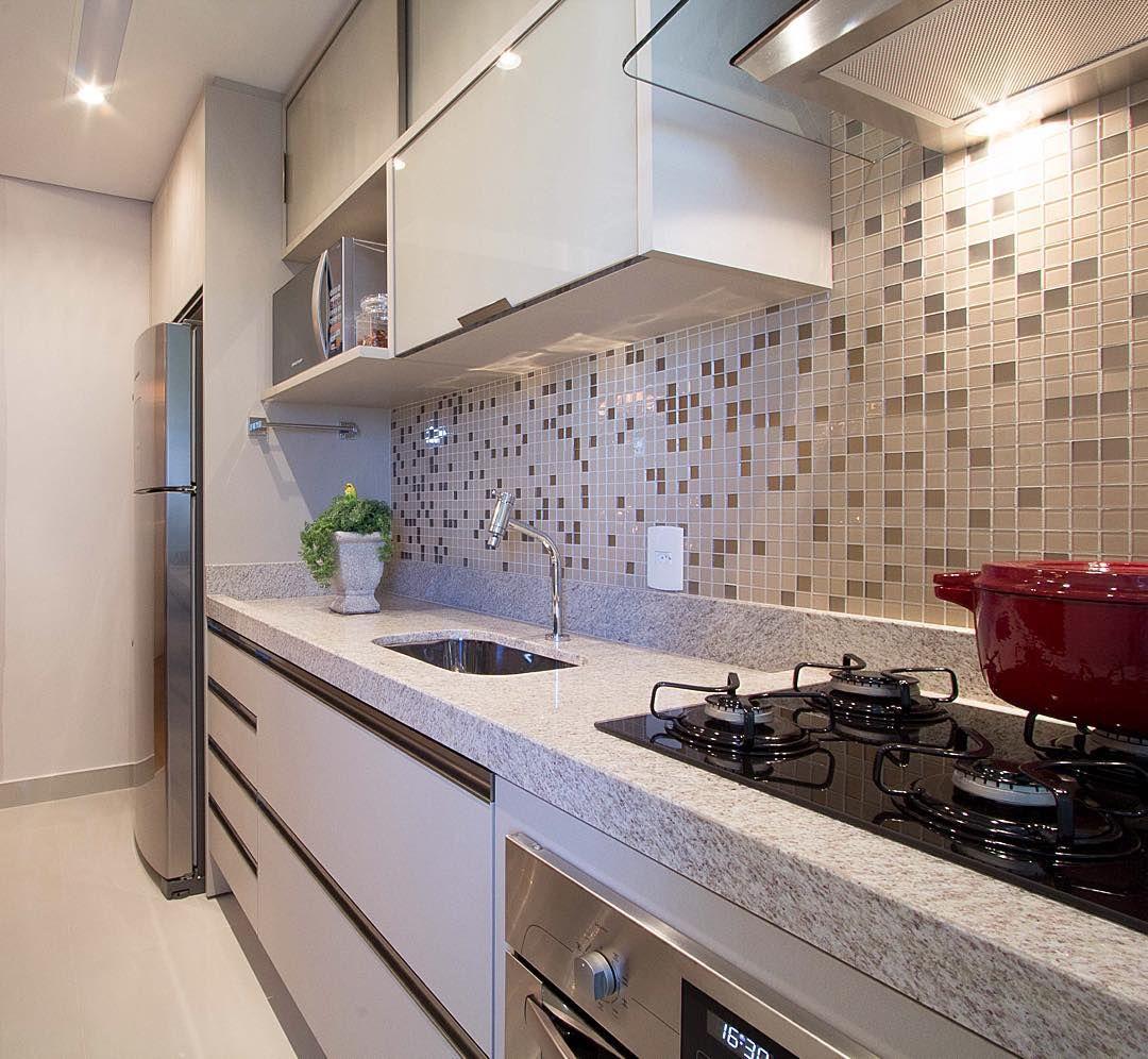 Cozinha Com Bancada Em Granito Parede Com Pastilha De Vidro E