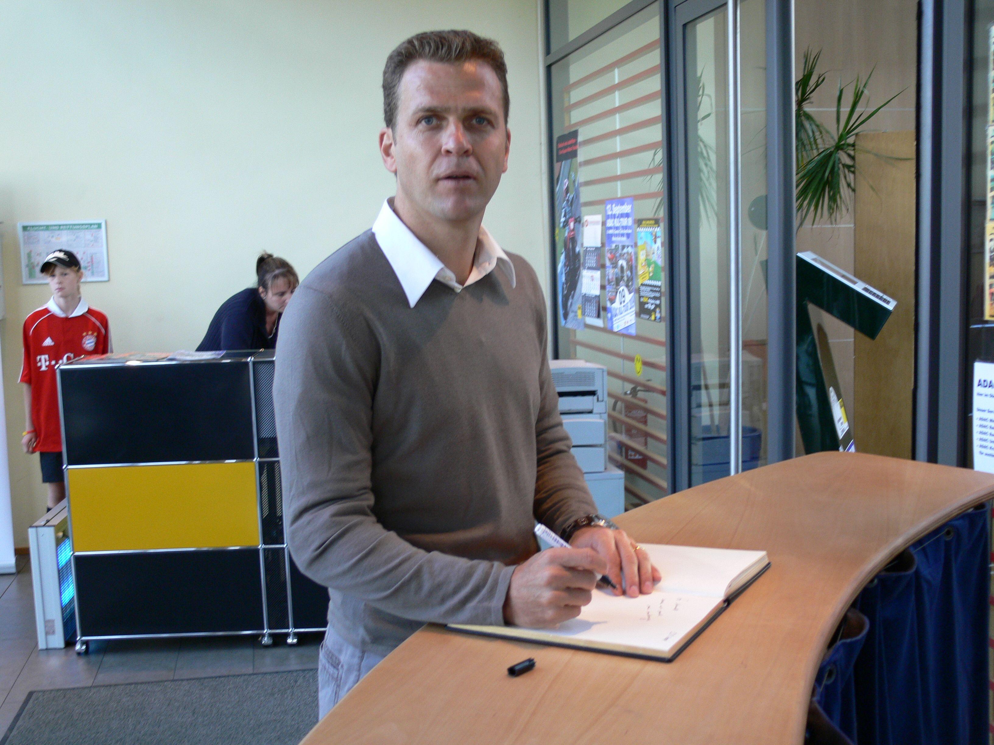 Oliver Bierhoff Ehem Nationalspieler Und Jetziger Teammanager Der Dt Fussball Nationalmannsc Fahrsicherheitstraining Fahrtraining Fussball Nationalmannschaft