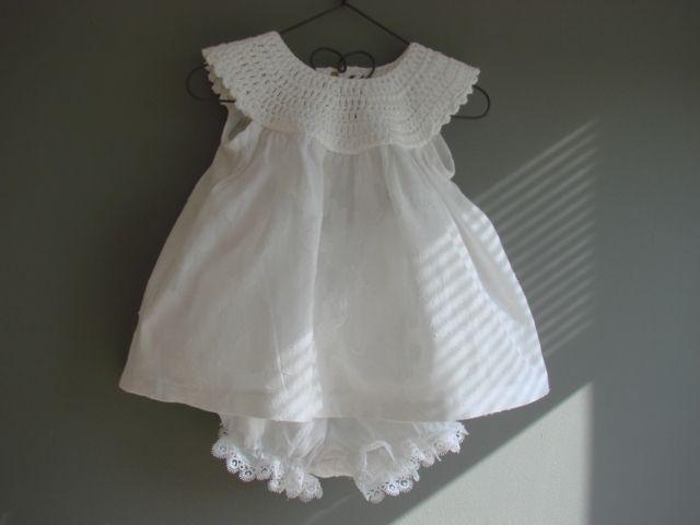 baby jurkje met gehaakt pasje en broekje