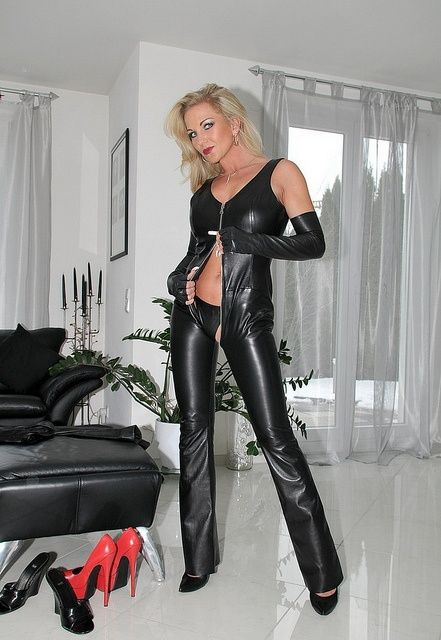 Mature shiny catsuit domina herrin carmen rollenspiel transformation zum eunuchen - 2 7