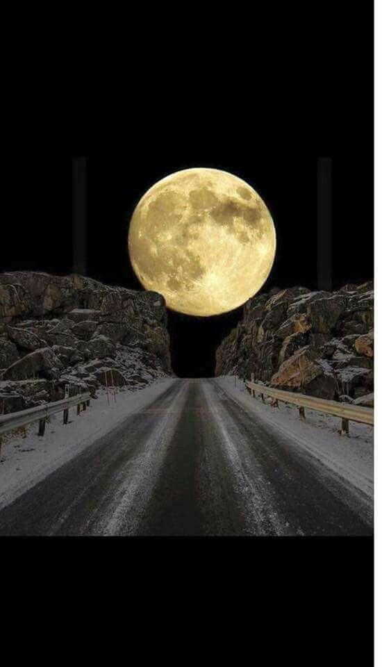 صورة للقمر التقطت من على شارع المحيط الأطلسي في النرويج وصفت كأجمل لقطة على الإطلاق من قبل هيئة الإذاعة ا Beautiful Moon Moon Photography Nature Photography
