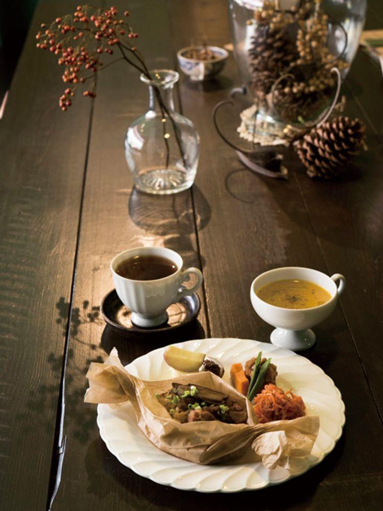 今回お届けする、こだわりの紅茶や日本茶が楽しめるカフェは食事も充実!野菜たっぷりのデリプレートに薬膳仕立てのヘルシーメニュー、オーダーごとに握ってくれるおにぎり…ランチや夕食など使い勝手のいいティーカフェをご紹介します。