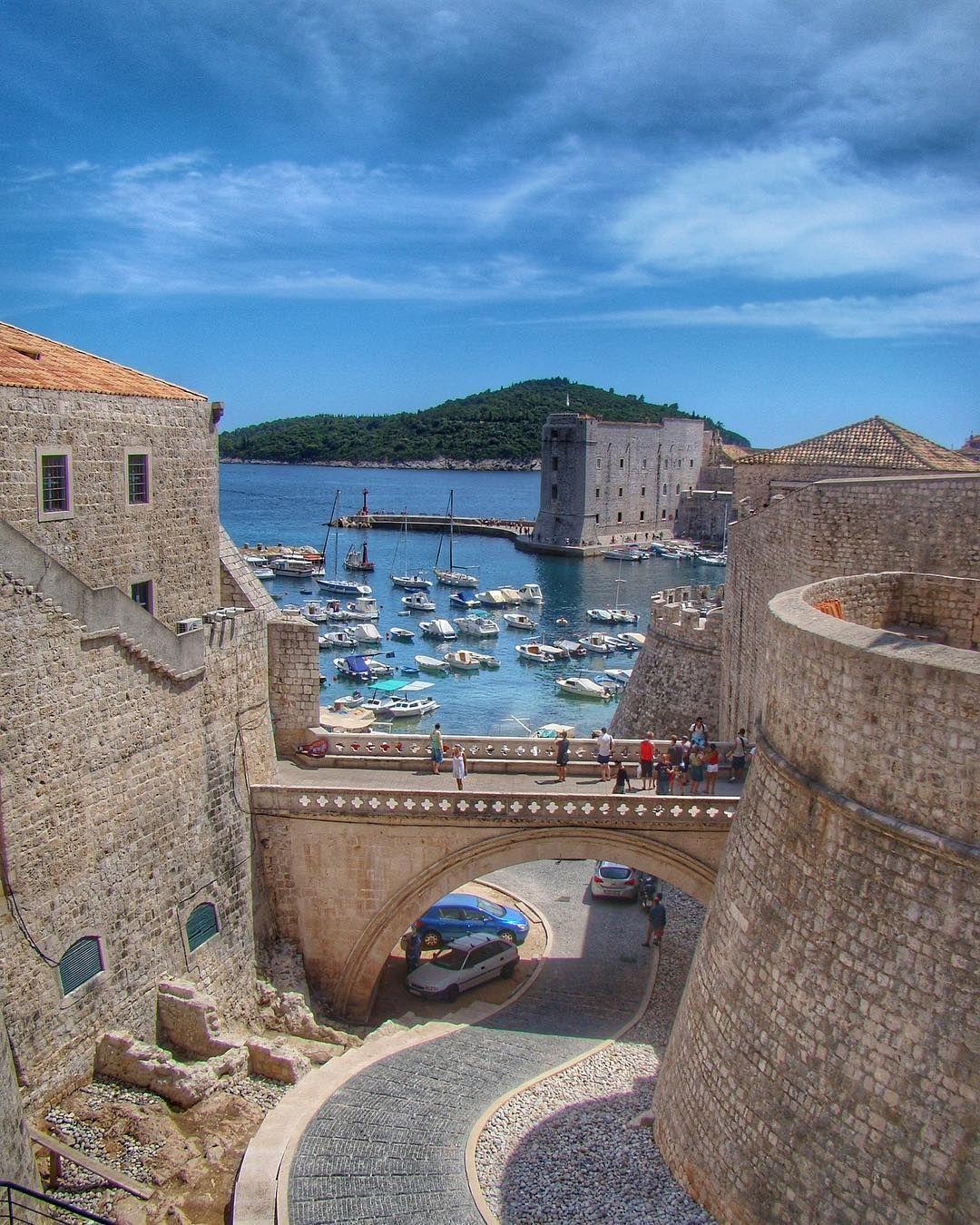 Pensa numa cidade linda. Agora multiplica!  Dubrovnik nos encantou desde a primeira vista! Reuniram duas coisas lindas em um lugar só: construções medievais  praia!  Tem como não ficar encantado com essa cidade? Além disso ô lugar pra ter gente bonita viu?   #Comospesnomundo #croacia #dubrovnik #europa #croatia #travelblogger #blogdeviagens