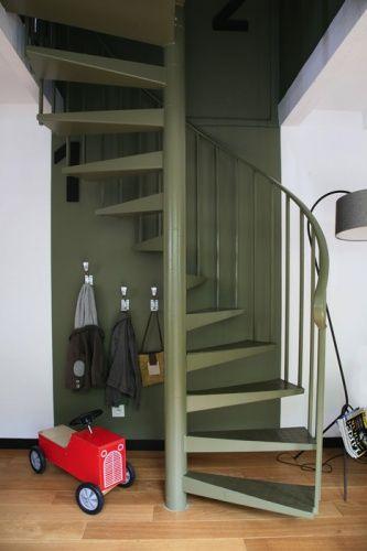 Un Escalier Kaki Comme Un Escalier Exterieur En Colimacon Donne Une Touche Urbaine A Un Interieur Escalier En Colimacon Deco Escalier Idees Escalier