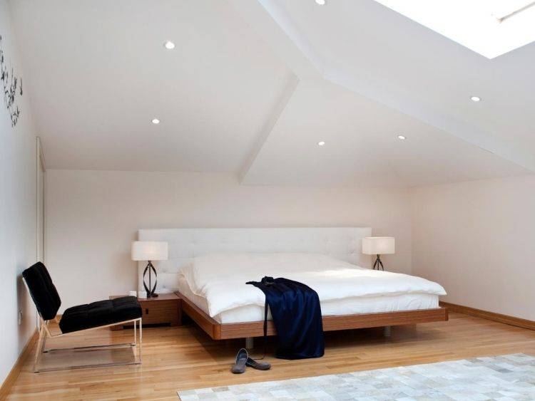Dachschräge Schlafzimmer ~ Minimalischisches simples schlafzimmer mit holzboden und mehreren