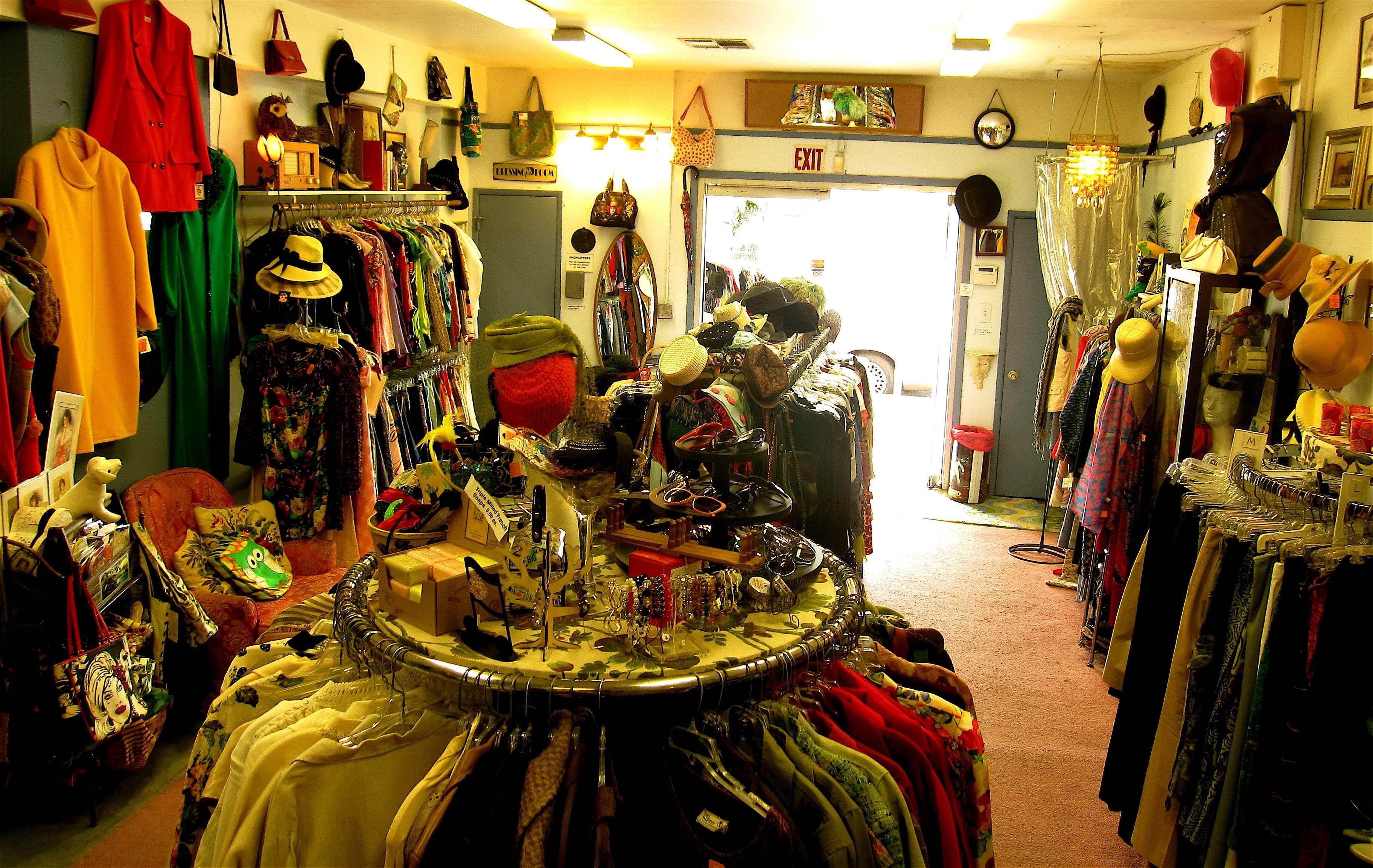 Pin By Belinda Stewart On Vintage Store Ideas Retail Interior Vintage Shops Nova