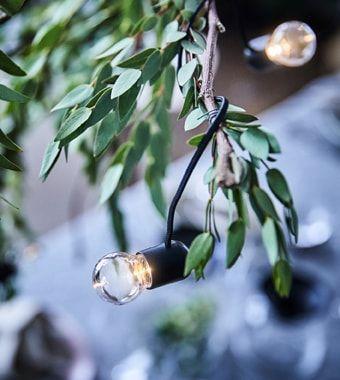 Verbreite warmen Glanz am Esstisch und schon strahlt jeder vor Weihnachtsstimmung. Bei IKEA findest du ein breites Sortiment von modernen Essplatzmöbeln und Lichterketten, wie z. B. batteriebetriebene STRÅLA LED-Lichterkette für drinnen. Die LED-Lichtquelle benötigt übrigens bis zu 85% weniger Energ #décosalleàmanger