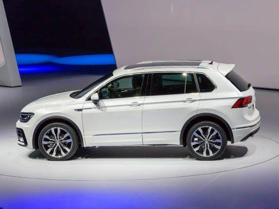 2017 Volkswagen Tiguan First Look Volkswagen S Compact Suv Has A Whole New Look Volkswagen Crossover Cars Tiguan Vw
