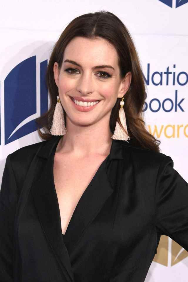 Earlier This Year Warner Bros Announced They Would Be Remaking The Witches The Film Is Based On The 19 Anne Hathaway Anne Hathaway Style Hollywood Actresses