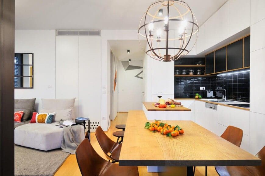 Die langen Kücheninsel ist ein herausragenden Element des Raumes ...